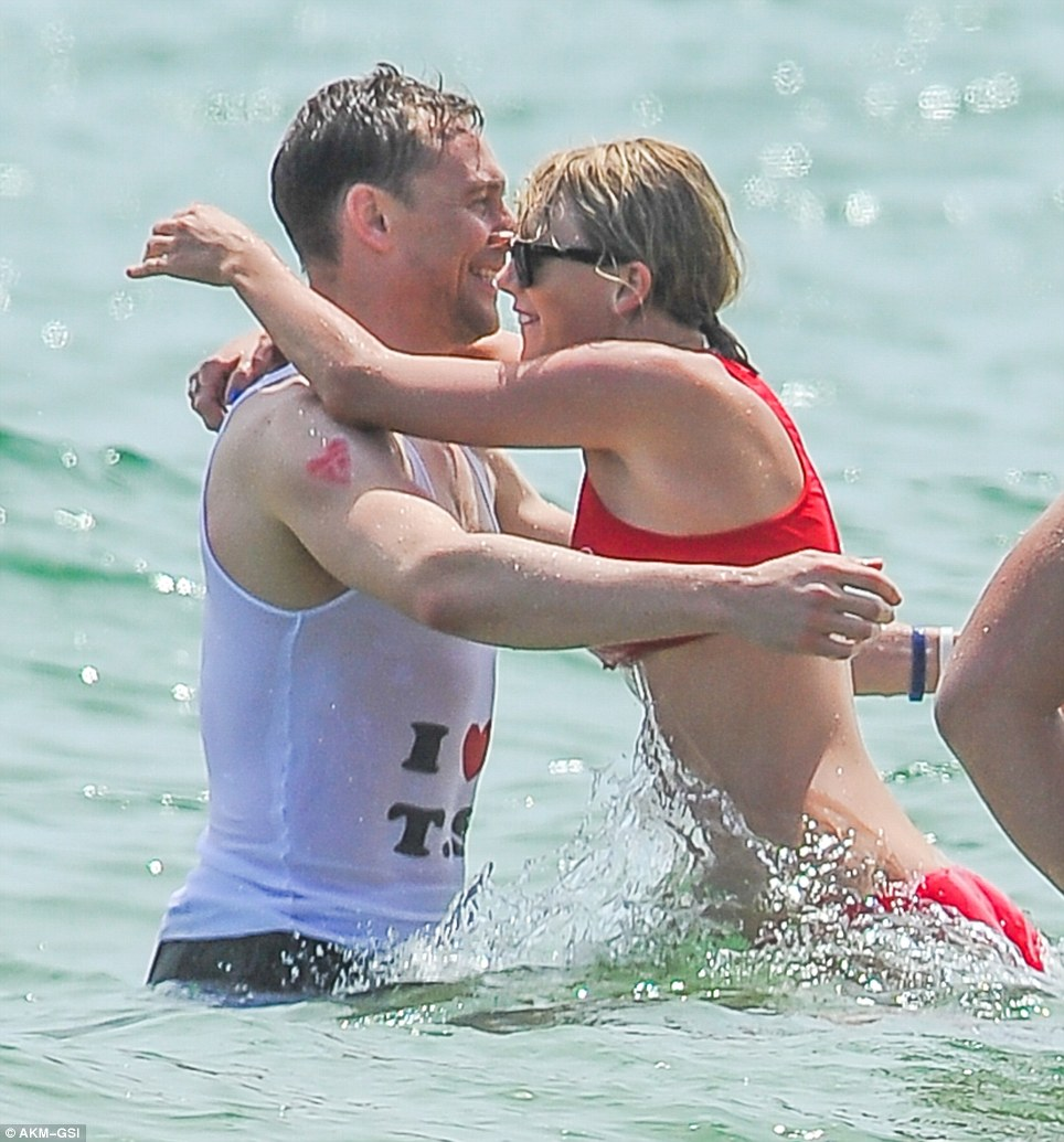 35EC813100000578-3672998-Tom_Hiddleston_and_Taylor_Swift_put_on_their_most_loved_up_displ-m-9_1467628274118