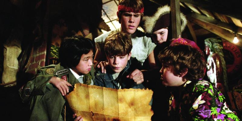 still-of-sean-astin-corey-feldman-josh-brolin-jeff-cohen-and-jonathan-ke-quan-in-the-goonies-dc3b6dskallegc3a4nget-1985
