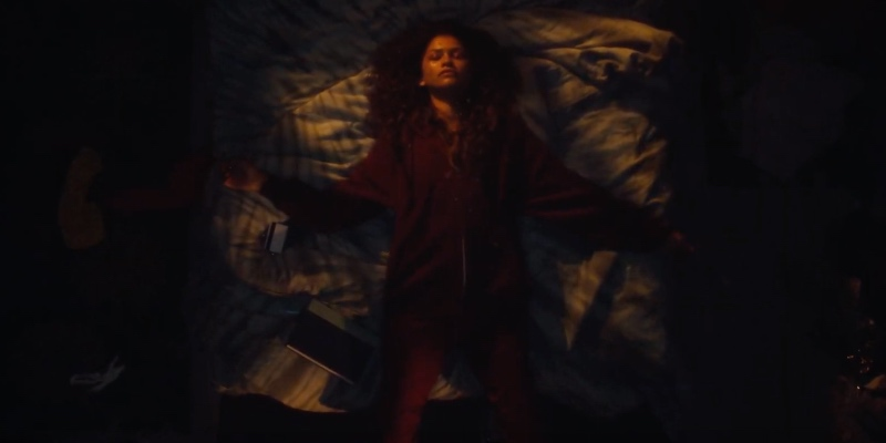 "Euphoria: Zendaya canta ""All of Us"" per il finale di stagione, ecco il video"
