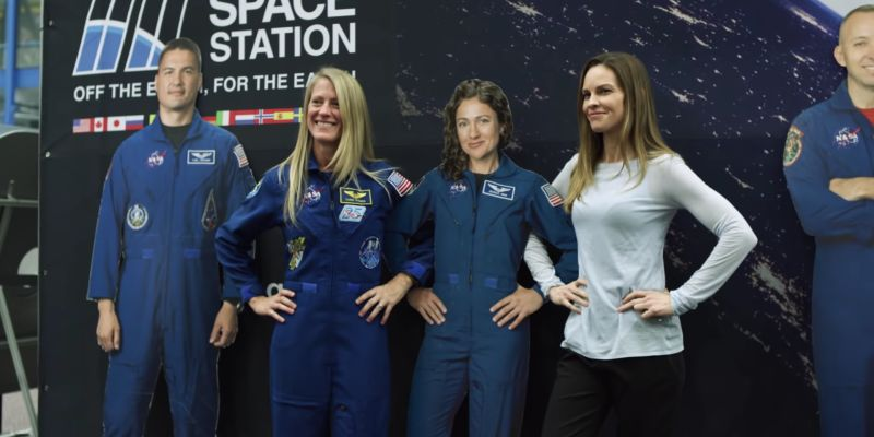 Away – Hilary Swank visita la NASA nel video di Netflix